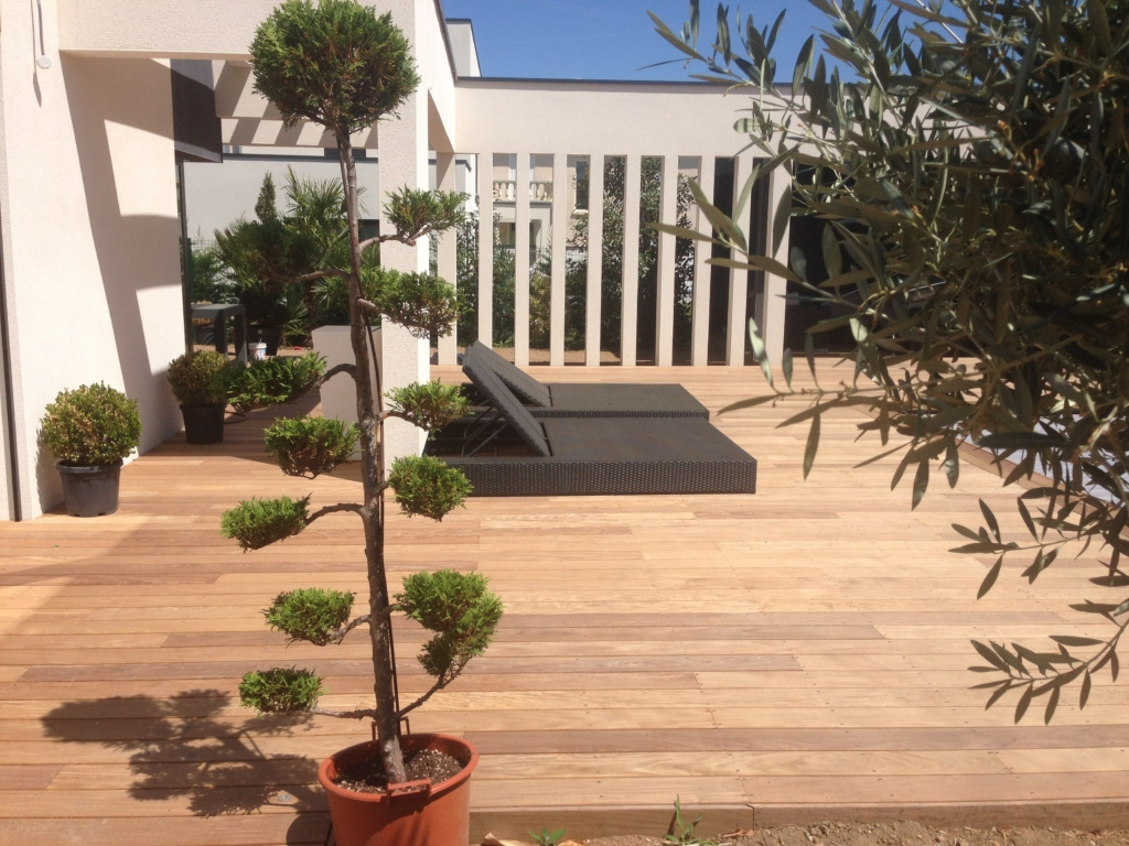 305-terrasse-et-plage-de-piscine-de-130m-a-tassin-la-demi-lune-rhone