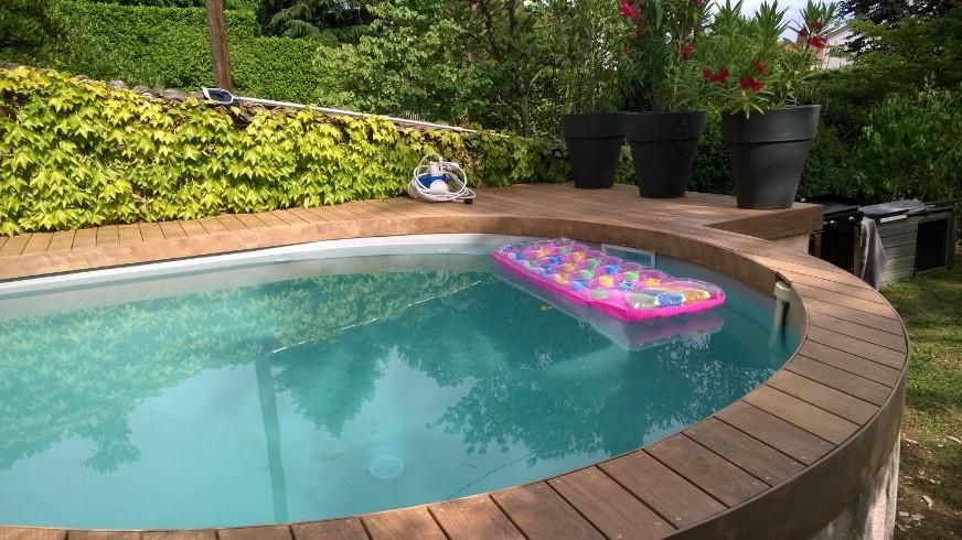 323-belle-plage-de-piscine-aux-courbes-arrondies-a-caluire-rhone