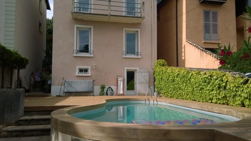 324-belle-plage-de-piscine-aux-courbes-arrondies-a-caluire-rhone